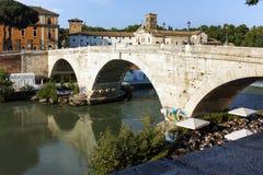 RZYM WŁOCHY, CZERWIEC, - 22, 2017: Zadziwiający widok Tiber rzeka Cestius w mieście Rzym i Pons Zdjęcie Stock
