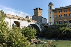 RZYM WŁOCHY, CZERWIEC, - 22, 2017: Zadziwiający widok Tiber rzeka Fabricius w mieście Rzym i Pons Zdjęcia Stock