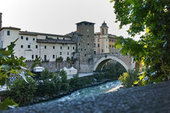 RZYM WŁOCHY, CZERWIEC, - 22, 2017: Zadziwiający widok Tiber rzeka Fabricius w mieście Rzym i Pons Obraz Stock