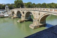 RZYM WŁOCHY, CZERWIEC, - 23, 2017: Zadziwiający widok Tiber rzeka Sisto w mieście Rzym i Ponte Zdjęcia Royalty Free
