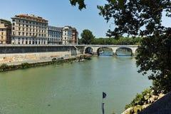 RZYM WŁOCHY, CZERWIEC, - 22, 2017: Zadziwiający widok Tiber rzeka w mieście Rzym Zdjęcia Royalty Free
