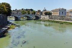 RZYM WŁOCHY, CZERWIEC, - 22, 2017: Zadziwiający widok Watykan i Tiber rzeka w mieście Rzym Fotografia Stock