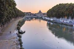 RZYM WŁOCHY, CZERWIEC, - 22, 2017: Zadziwiający zmierzchu widok Tiber St Peter i rzeki ` s bazylika w Rzym, Zdjęcia Stock
