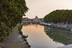 RZYM WŁOCHY, CZERWIEC, - 22, 2017: Zadziwiający zmierzchu widok Tiber St Peter i rzeki ` s bazylika w Rzym Zdjęcia Royalty Free