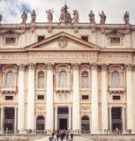 Rzym, Włochy, Grudzień 2018: Statuy Sławna kolumnada St Peter ` s bazylika w Watykan, Rzym, Włochy obraz royalty free