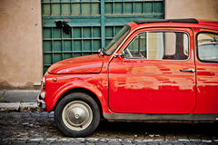 RZYM WŁOCHY, KWIECIEŃ, -, 25: Retro mały czerwony Włoski samochodowy Fiat 500 przy ulicą Rzym, Kwiecień 25, 2013 Zdjęcie Royalty Free
