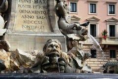 Rzym Włochy, Listopad, - 2011: W górę obrazka pokazuje szczegóły fontanna w panteonu piazza della Rotonda obrazy royalty free