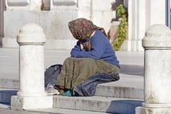Rzym, Włochy - 24 Marzec 2016: Ludzie bezdomni, jak opisani ones, mogą widzieć prawie na każdy kącie ulica w th Obraz Royalty Free