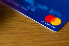 Rzym, Włochy/- 10 04 2018: Mastercard logo na błękitnej kredytowej karcie zdjęcia stock