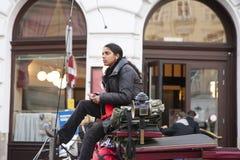 Rzym, Włochy, Październik 15, 2011: Piękna Azjatycka dziewczyna kontroluje rysującego fracht obrazy stock