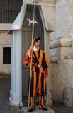 RZYM WŁOCHY, SIERPIEŃ, - 28: Papieski Szwajcarski strażnik w swój tradycyjnym fo Obrazy Royalty Free
