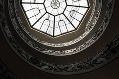 Rzym Włochy, Wrzesień, - 13, 2017: Dolny widok sławny Bramante schody Watykański muzeum zdjęcia stock