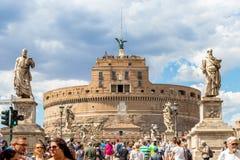 Rzym Włochy, Lipiec, - 3, 2017: Ludzie przy Ponte santÂ'angelo mostem zdjęcia royalty free