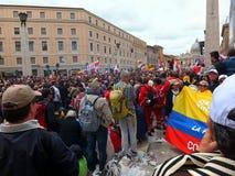 RZYM WATYKAN, Kwiecień, - 27, 2014: St. Peter kwadrat, celebratio Zdjęcie Stock