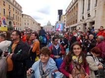 RZYM WATYKAN, Kwiecień, - 27, 2014: St. Peter kwadrat, celebratio Zdjęcia Royalty Free