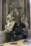 Rzym Watykan, Włochy - religijni peligrins w świętego Peter bazylice Zdjęcie Stock