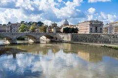 Rzym, wzdłuż Tevere brzeg rzeki Na tło watykanie Zdjęcia Royalty Free