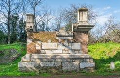 Rzymianin ruiny wzdłuż antycznego Appian sposobu Appia Antica w Rzym fotografia stock