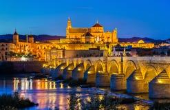 Rzymianina most przez Guadalquivir katedrę w cordobie i rzekę, Hiszpania Fotografia Stock