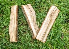 rzymski liczebnik Romańscy liczebniki robić od dębu Stare drewno liczby Stara rzymska antykwarska abecadło liczba na zielonej tra zdjęcia royalty free