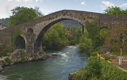 Rzymski most, Cangas De Onis, Asturias, Hiszpania obraz stock