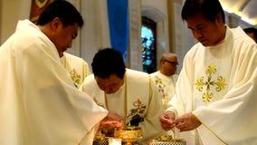 Rzymskokatoliccy księża bierze communion podczas congregation masy zdjęcie wideo