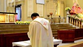 Rzymskokatoliccy księża bierze communion podczas congregation masy zbiory