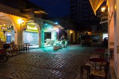 Sábado 3 de diciembre de 2016 - escena en la vecindad vieja de Kapani, Salónica, Grecia de la noche Imagen de archivo libre de regalías