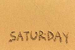 Sábado - inscrição à mão em uma praia luz-dourada fotografia de stock