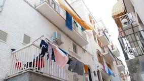 Sábanas wawing en los balcones blancos de la cantidad mediterránea de la ciudad metrajes