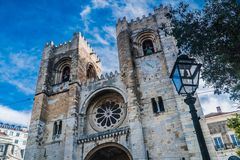 Sé kerk - Lissabon met blauwe hemel stock foto's