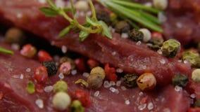 Sól w górę łyczków na kawałku świeży surowy wołowiny mięso zbiory wideo