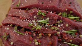 Sól w górę łyczków na kawałku świeży surowy wołowiny mięso zdjęcie wideo