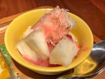 Süße Tapioka überstieg mit getrockneter Kokosnuss u. Milch lizenzfreie stockfotografie