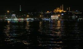 SÃ ¼ leymaniye清真寺和金黄垫铁在晚上 库存照片
