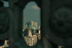 São Paulo Cathedral, Catedral DA Sé, schijnt door een de bouwvoorgevel Stock Foto's