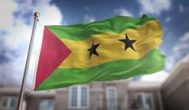 São Tomé e PrÃncipe inbandierano la rappresentazione 3D sulla costruzione del cielo blu Fotografia Stock Libera da Diritti