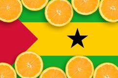 São Tomé och Príncipe flagga i citrusfruktskivahorisontalram arkivbild