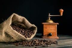 Säck av kaffebönor och grnder Royaltyfri Bild