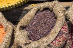 Säck av torkade bärkaffebönor på trätabellen arkivfoton