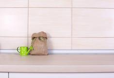 Säck- och vattenkruka på kökcountertop fotografering för bildbyråer