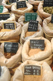 Säckar av kryddor och smaktillsatser för att laga mat och att baka Arkivbilder