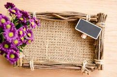 Säckfotoram, tom etikett och violett fower Royaltyfria Bilder