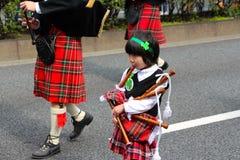 Säckpipan på dagen för St Patricks ståtar i upptagna i stadens centrum tokyo Royaltyfria Foton