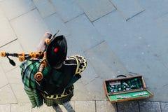 Säckpipeblåsare som spelar i Edinburg arkivfoto