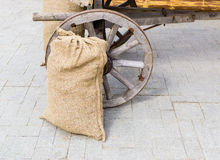 Säckväv plundrar nära vagnen arkivbilder