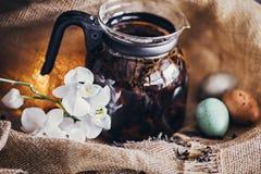 Säckvävbakgrund för svart te royaltyfria bilder