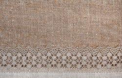 Säckvävbakgrund med den spets- och linnetorkduken Royaltyfri Fotografi