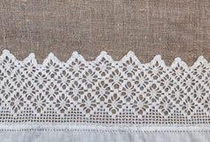 Säckvävbakgrund med den spets- och linnetorkduken Royaltyfria Bilder