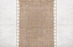 Säckvävbakgrund med den spets- torkduken för linne Royaltyfri Fotografi